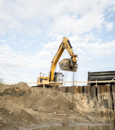 Large Size Excavator Lifting Dirt Soil